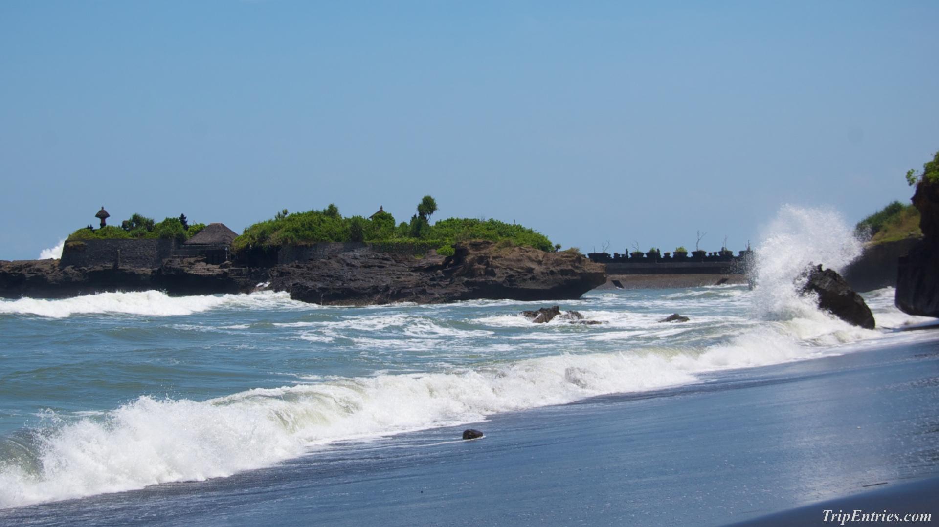 Любимый пляж с черным вулканическим песком