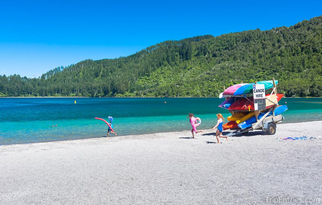 Голубое или зеленое? Роторуа, разноцветные озера и место, которое так сильно напомнило Родину